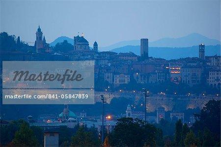 Skyline au crépuscule, Bergame, Lombardie, Italie, Europe