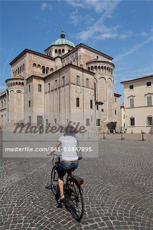 Duomo (cathédrale) et cycliste, Parma, Emilia Romagna, Italie, Europe