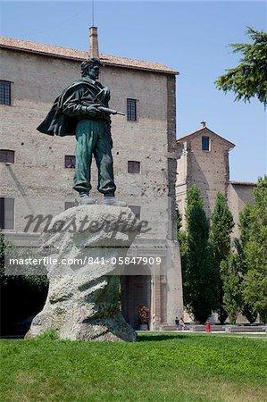 Al Partigiano Monument et Palazzo Della Pilotta, Piazza del Pace, Parma, Emilia Romagna, Italie, Europe