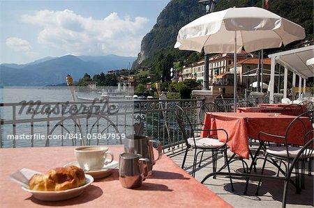 Café de ville et au bord du lac, Menaggio, lac de Côme, Lombardie, lacs italiens, Italie, Europe