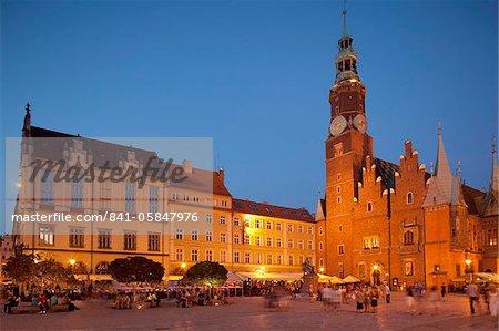 Hôtel de ville à la nuit tombante, Rynek (vieille ville), Wroclaw, Silésie, Pologne, Europe