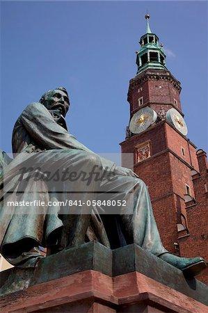 Aleksander Fredro statue et hôtel de ville, Old Town, Wroclaw, Silésie, Pologne, Europe