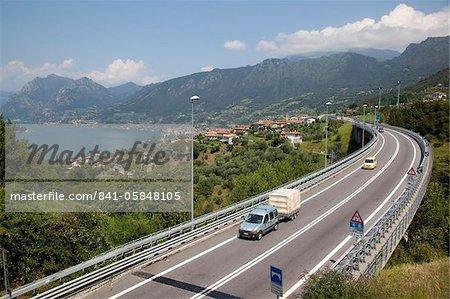 Le lac et la route S10, lac d'Iseo, Lombardie, lacs italiens, Italie, Europe