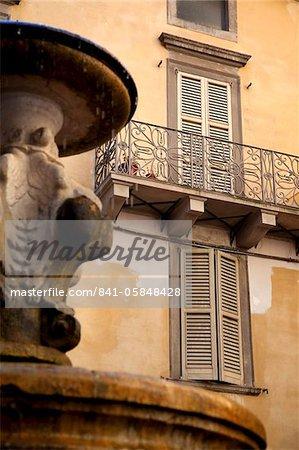 Fenêtres avec volets et Fontaine, Bergame, Lombardie, Italie, Europe