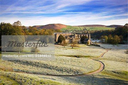 Matin glacial dans les ruines du Prieuré de Bolton (Bolton Abbey), Parc National de Yorkshire Dales, Yorkshire, Angleterre, Royaume-Uni, Europe