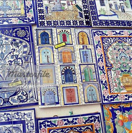 Carreaux décorés avec portes tunisiens sur le stand de souvenirs, Hammamet, Cap Bon, Tunisie, Afrique du Nord, Afrique