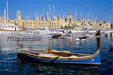Blick über Dockyard Creek, Schifffahrtsmuseum in Vittoriosa mit traditionellen Boot, Senglea, Malta, Mittelmeer, Europa