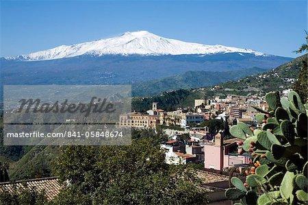 Vue sur Taormina et l'Etna, Taormina, Sicile, Italie, Europe