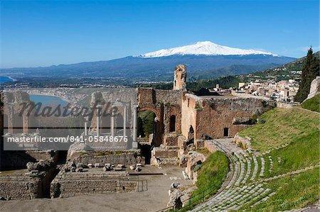 L'amphithéâtre grec et le Mont Etna, Taormina, Sicile, Italie, Europe