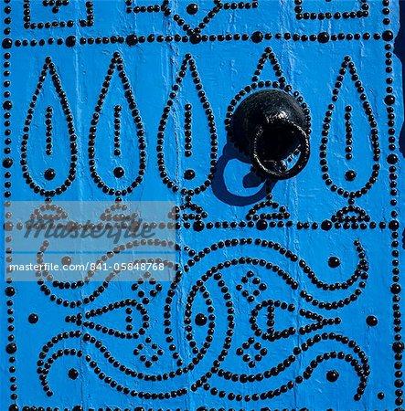 Gros plan de porte tunisienne traditionnelle, Sidi Bou Saïd, Tunisie, Afrique du Nord, Afrique