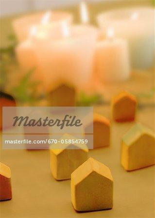 Bougies et maisons miniatures
