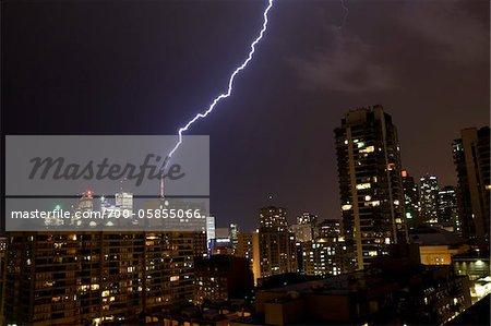 Foudre bâtiment remarquable pendant la nuit, Toronto, Ontario, Canada