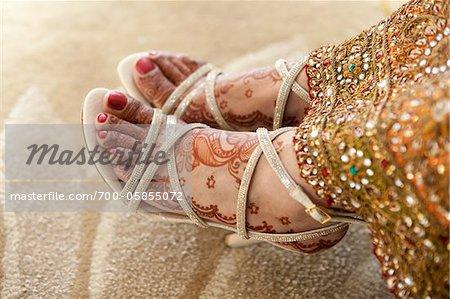 Gros plan des pieds de la mariée