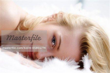 Portrait d'une jeune femme allongée sur un tapis shag