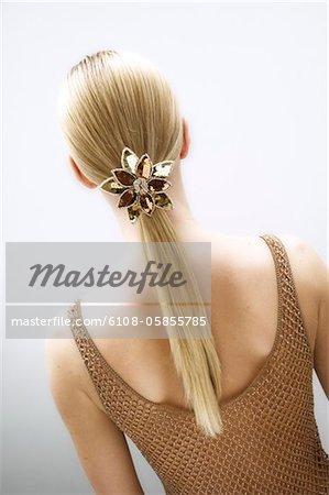 Junge Frau, Ansicht von hinten, Folie in ihr blondes Haar (Studio)