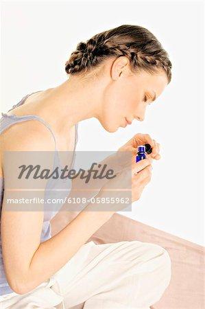 Femme avec huiles essentielles