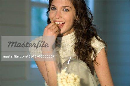 Porträt einer Frau Essen Popcorn, Lächeln für die Kamera