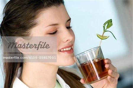 Porträt einer jungen Frau, die Tee trinken