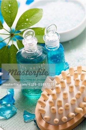 Bouteilles d'huile essentielle et brosse de massage, gros plan