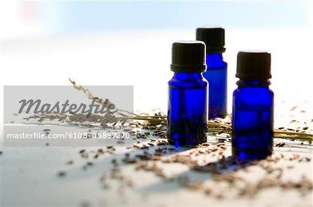 3 ätherisches Öl Flaschen, close-up