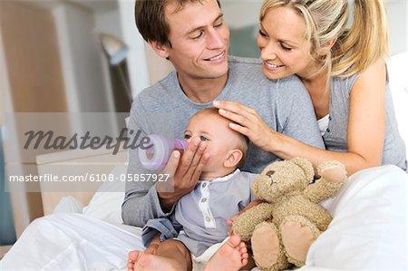 Jeune couple et son bébé dans la salle de séjour, père de son fils, à l'intérieur de l'alimentation