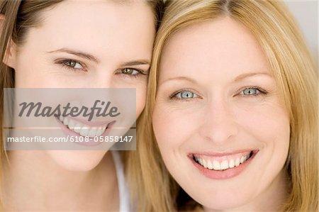 Porträt von zwei Frauen Lächeln für die Kamera, Innenaufnahme
