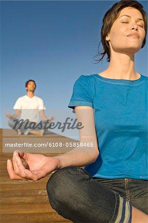 Paar in Yoga-Haltung, im freien