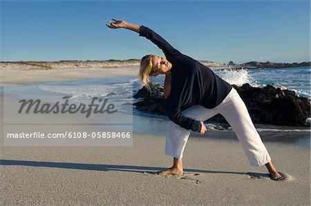 Junge Frau am Strand, im freien Strecken