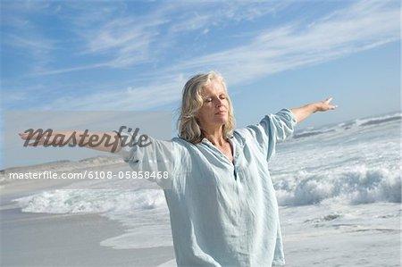 Frau in Yoga-Haltung am Strand, im freien