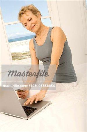 Senior Woman mit Kreditkarte im internet
