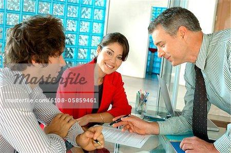 Unternehmer und Unternehmerin im Amt, Lächeln