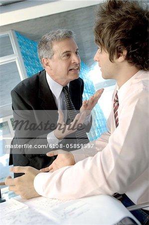 Homme d'affaires discutant avec une collègue de bureau