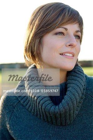 Gros plan d'une jeune femme souriante