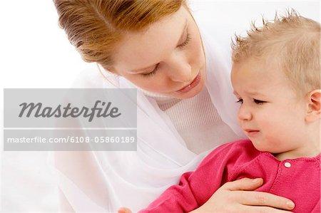 Gros plan d'une jeune femme parlant avec son fils qui pleure