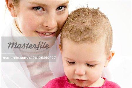 Portrait d'une jeune femme souriante avec son fils
