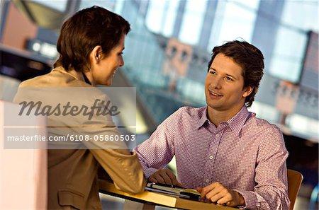 Geschäftsfrau und Geschäftsmann in einer Besprechung