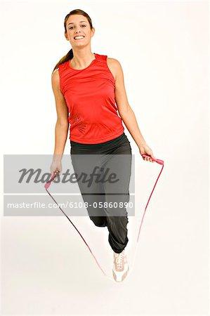 Portrait d'une jeune femme avec un saut à la corde à sauter