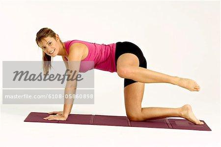 Porträt einer jungen Frau, die die Ausübung einer Trainingsmatte