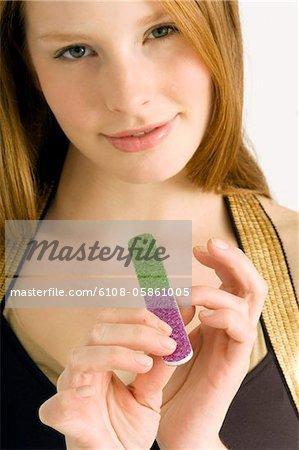 Porträt einer jungen Frau ihre Nägel Einreichung und lächelnd