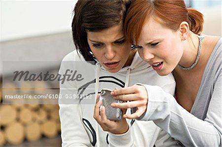 Deux jeunes femmes ont accès à un porte-monnaie