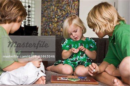 Mädchen spielen chinesische Dame mit ihren Freunden