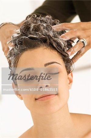 Frau, die Haare von einem Friseur gewaschen