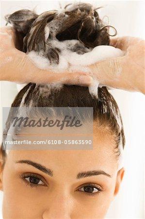 Nahaufnahme einer Frau ihr Haar Shampoonieren