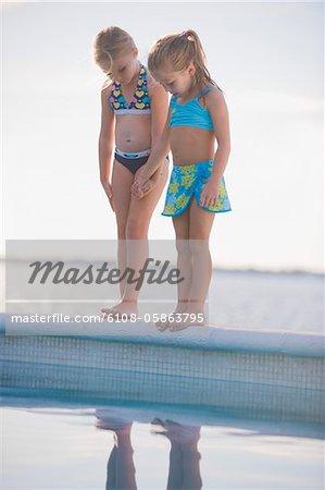 Zwei Mädchen am Pool