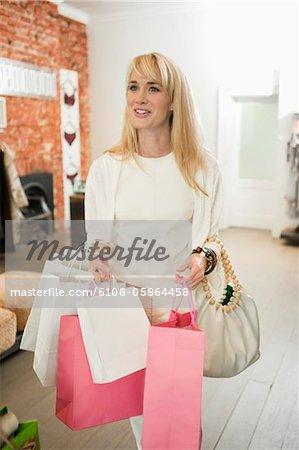 Frau mit Einkaufstüten in eine boutique
