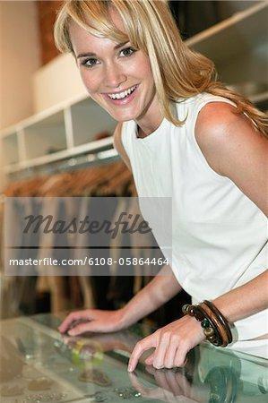 In einer Boutique lächelnde Frau