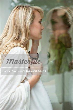 Frau Schaufensterbummel in einer boutique