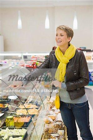 Frau Wahl der Lebensmittel in einem Supermarkt