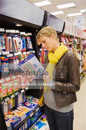 Frau wählen Briefpapier in einem Supermarkt