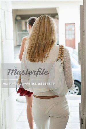 Zwei Frauen in einer boutique